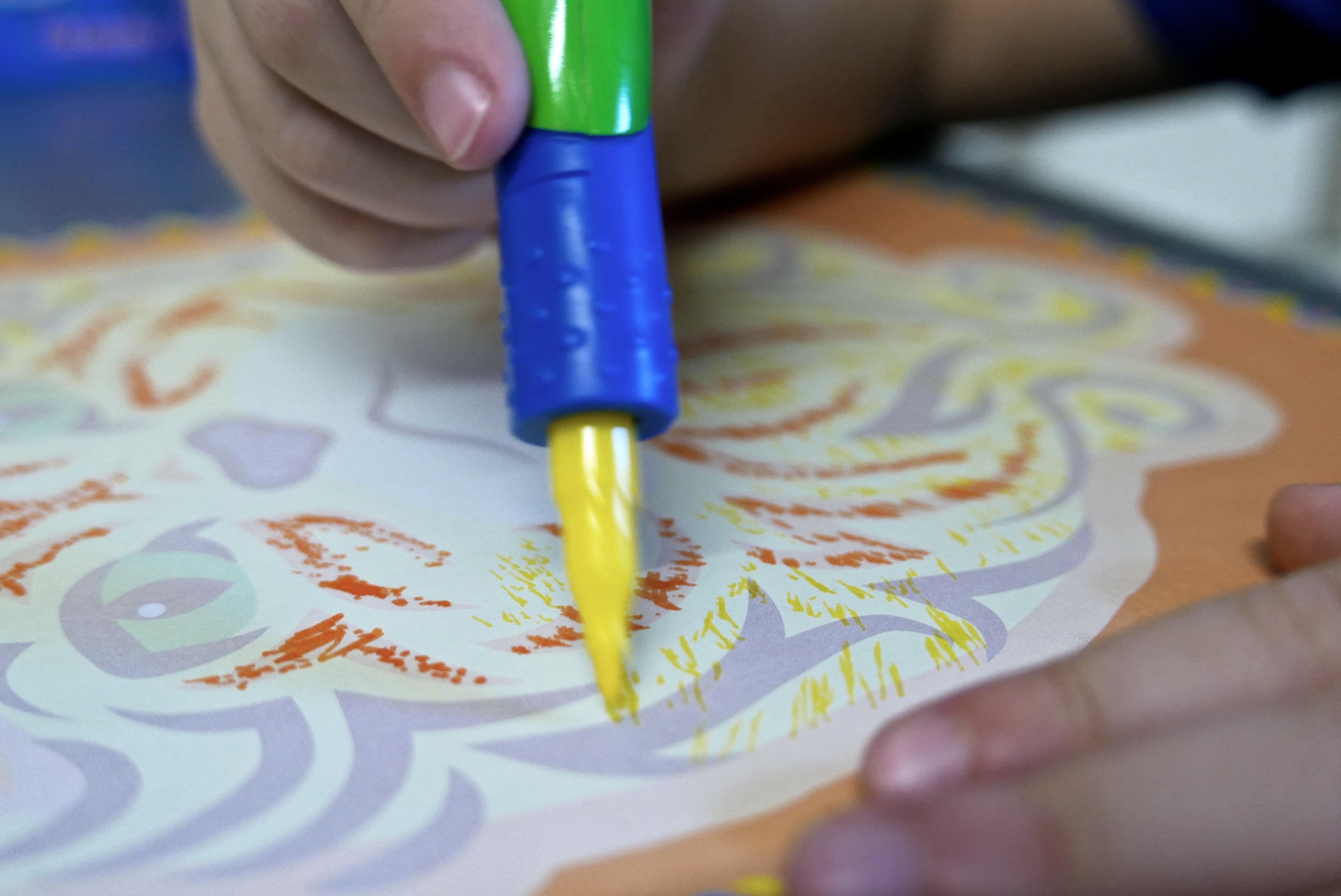 Activités enfant coloriage pochoirs spirograph test pixelo lansay blog maman motricité fine